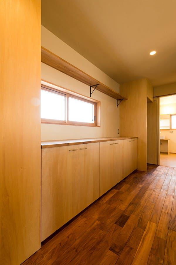 キッチン収納部分にもチークを使用