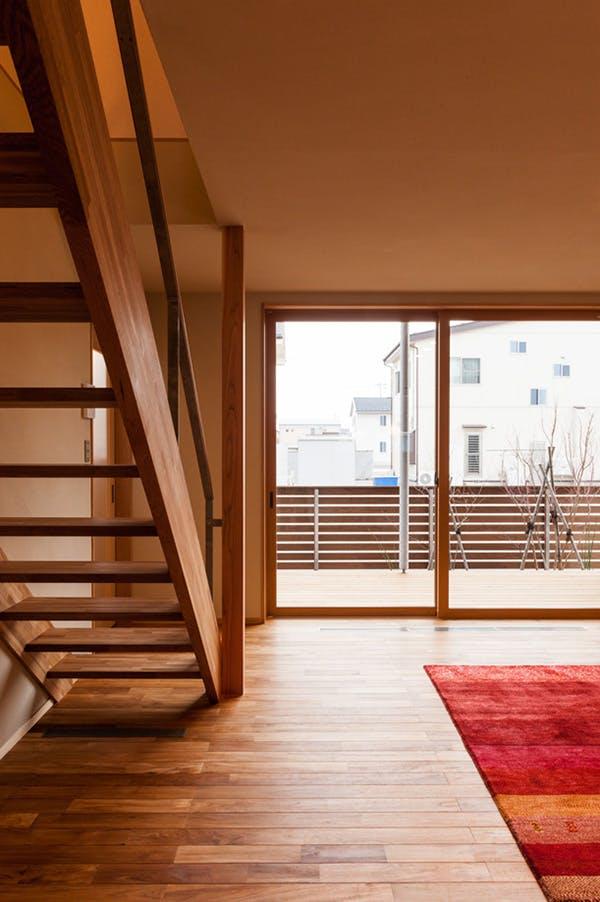 階段も側桁と段板だけで構成されており、開放的な空間
