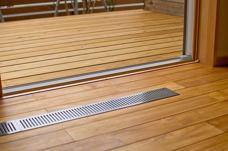 床下エアコン吹き出し口の周辺は過酷な環境下ですが、チークは寸法安定性に優れており、問題ありません。