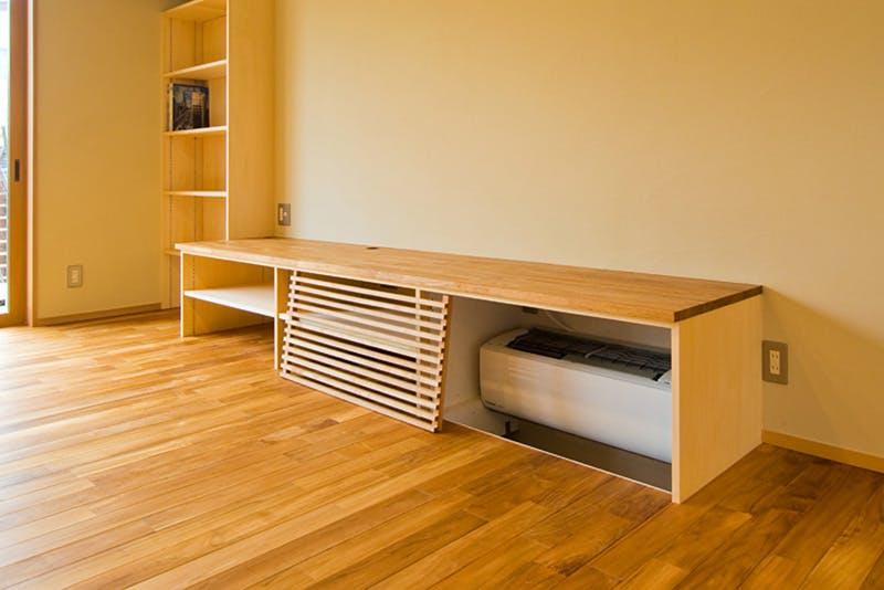 造り付けのTVカウンターとも天然木材のチークは色合いがマッチしています。