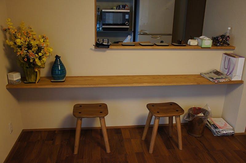 天然木材を使用したカウンターにはキレイな花束とスツール