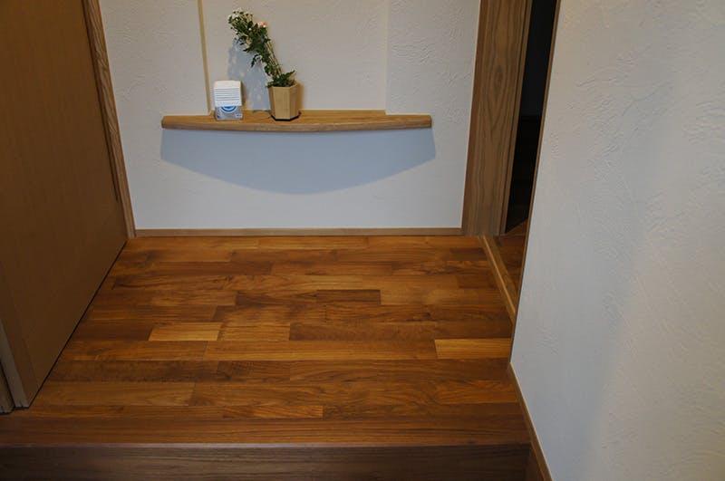 玄関部分です。天然木材を使用しシンプルなレイアウトとなっています。