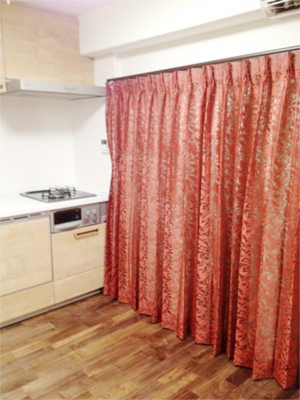 天然木材の色とカーテンの色もあいまって、落ち着いた空間となっています。