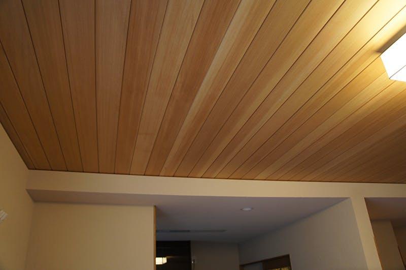 天然木材の適度な色むらがアクセントとなっています。