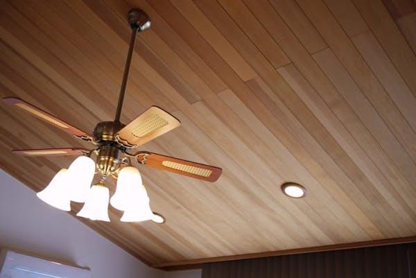 天井を木材でおしゃれに演出